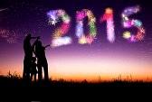 32004476-bonne-annee-2015-family-debout-sur-la-colline-et-regarder-les-feux-d-artifice